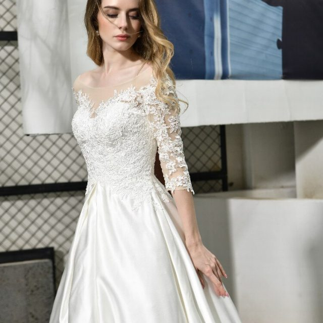 Elegant simple Wedding Dress Lace Applique Satin O-Neck Half-sleeves backless lace up Bridal Gown